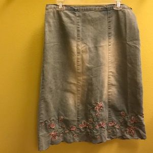 Jean skirt with embroideried flowers